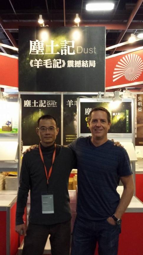 Hugh ze swoim wydawcą i tłumaczem w Tajwanie - Brianem.